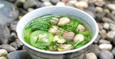 sponge gourd soup with mushrooms